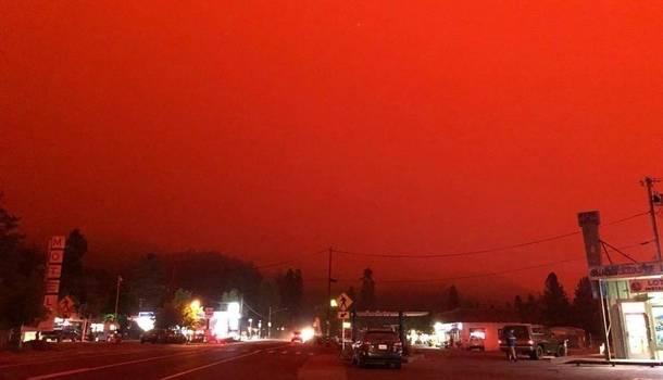 Жуткие кадры: американский штат Орегон полыхает из-за масштабных пожаров