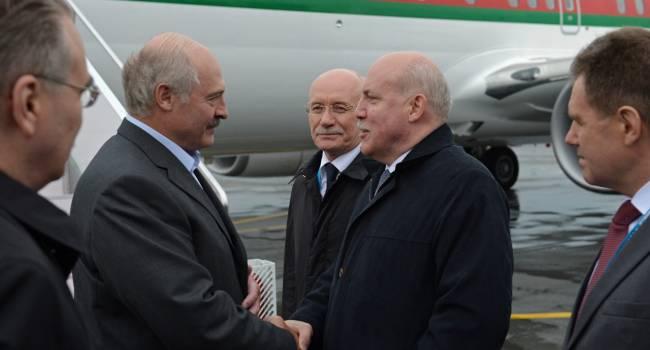 «Лукашенко указали на его место»: политик рассказал, как белорусскому лидеру преподнесли книгу с топографическими картами Российской империи