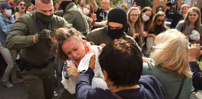 «Насилие средь бела дня»: Власти Беларуси продолжают издевательства над активистами