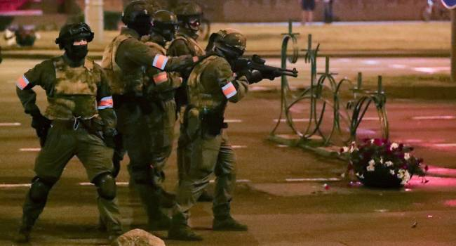 В Белоруссии один из силовиков выстрелил из оружия на акции протестов