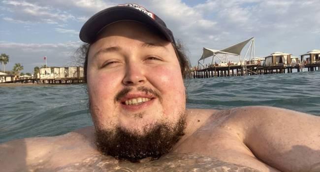 «Он портит мой имидж, ничего ему больше не дам»: Сафронов отказался помогать сыну, который из-за своего огромного веса сломал бассейн в Турции