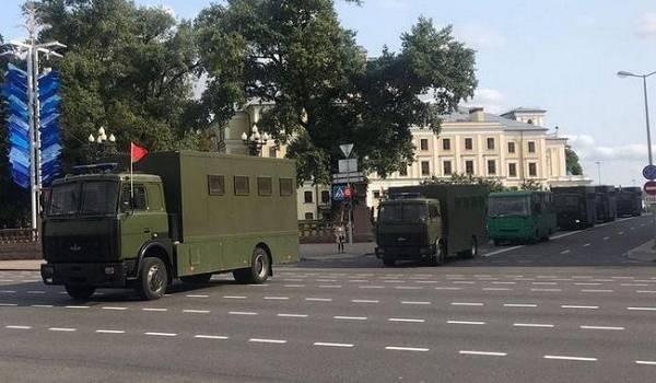 Силовики  со спецтехникой оцепили центр Минска