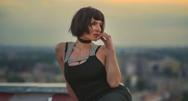 «Амазонка!» Надя Мейхер завела сеть, позируя в кожаных трусах и сексуальных чулках