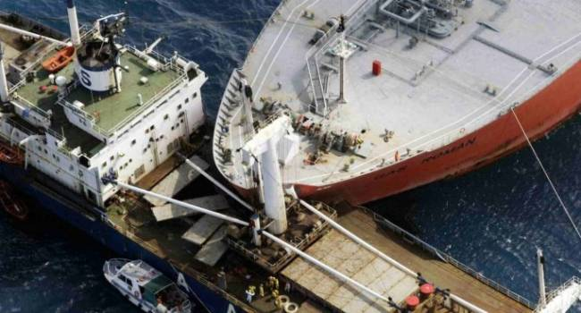 Российское военное судно «Казанец» протаранило грузовой корабль. В корпусе фрегата появилась пробоина