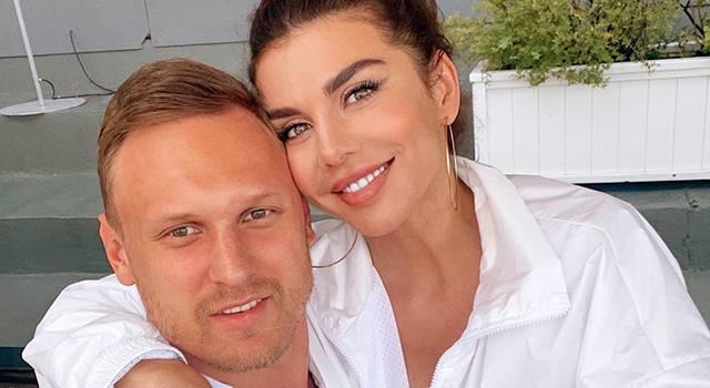 «Какие муж и жена, такие и свадебные фотосессии»: Анна Седокова завела сеть страстным фото с супругом, позируя в белье и чулках с подтяжками
