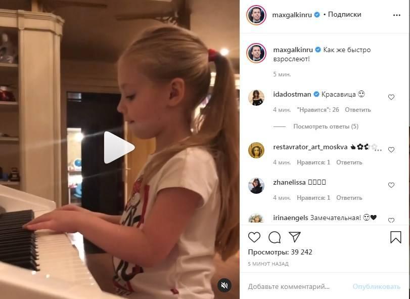 «Лиза так повзрослела, когда пошла в школу, вытянулась»: Максим Галкин показал, как его 6-летняя дочь сама создает музыку