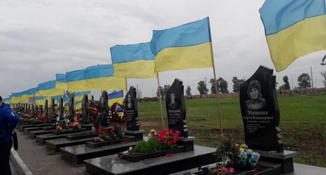 Блогер: на кладбищах по всей стране рвутся от ветра флаги на могилах бойцов, а граждане Украины в это время мечтают о победе «ОПЗЖ»