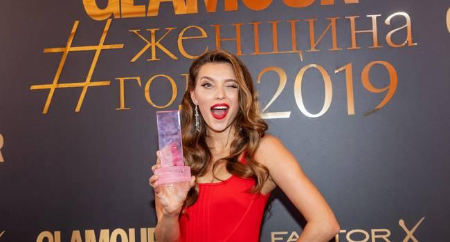 «Иногда стоит потерять титул женщина года, чтоб стать Героем Пятилетия»: Регина Тодоренко в мини-платье получила новую награду в РФ