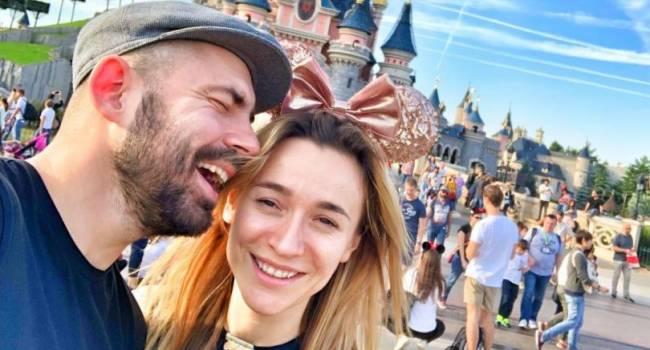 «Мы спим в разных комнатах и с разными людьми»: Андрей Бедняков поздравил супругу с днем рождения, показав ее фото на унитазе со спущенными штанами