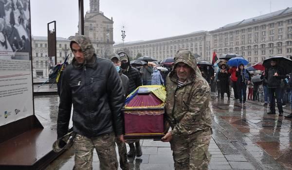В Киеве в последний путь провели ветерана АТО, поджегшего себя на Майдане