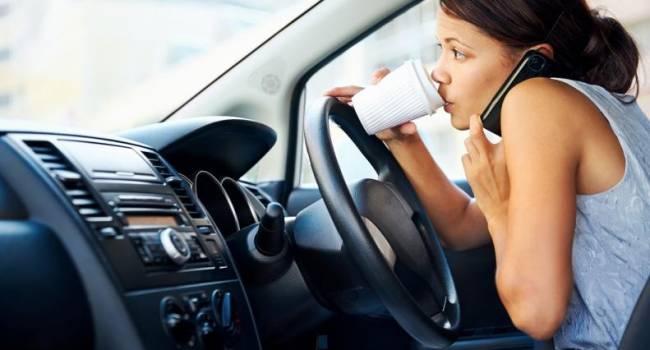 В Великобритании полностью запрещают использование смартфонов за рулем: когда такой запрет коснется Украины?