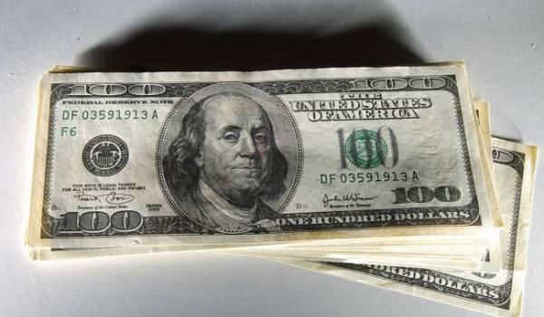Курс доллара в начале недели продолжает расти