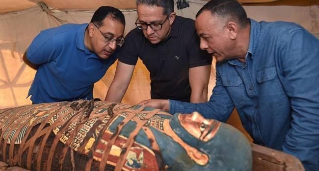«Может, в этом году открывать не стоит?»: В Египте обнаружили несколько захоронений с 80 нетронутыми саркофагами