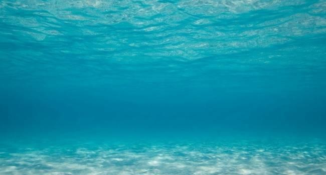 Почему вода в морях и океанах не просачивается через песок