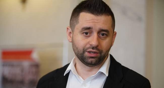«Та сторона не отдавала приказ прекратить огонь?»: Арахамия рассказал о «прозрении» «слуг народа», поехавших на Донбасс