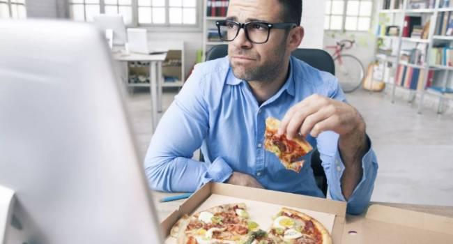 Диетолог назвала самую опасную еду на удаленке