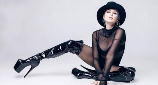 Певица Марув предстала в красном виниловом боди с ремешками в стилистике БДСМ, сделав анонс нового трека
