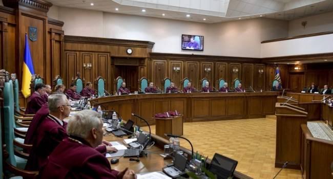 Политолог: против отмены э-деклараций в КС выступили лишь четверо судей, которые были назначены при президенте Порошенко