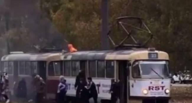 «Сгореть заживо, или выпрыгнуть на ходу»: В Харькове загорелся трамвай с людьми