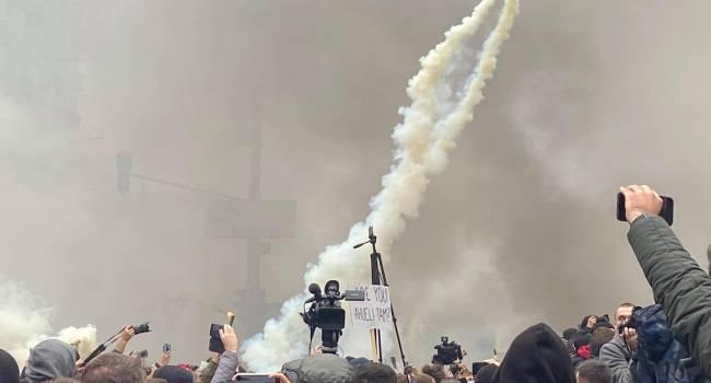 «Зелю - геть!» и «Аваков – черт!»: Митингующие пытаются прорваться внутрь здания КСУ