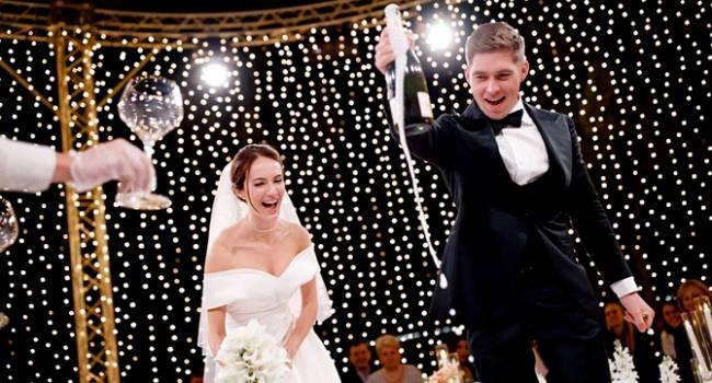 «Вова очень любит, когда у меня на ноге разрез, я учла его пожелания»: жена Остапчука показала все три платья, которые она надевала на их свадьбу
