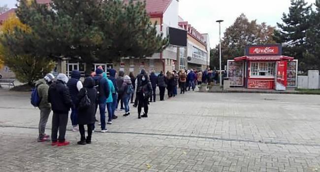 Власти Словакии решили протестировать на COVID-19 всех граждан