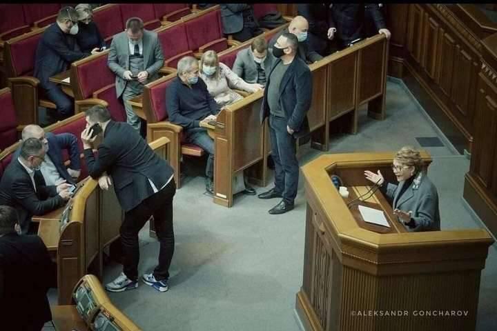 «Швондеры в парламенте и б*дло, возглавляющее моносброд»: Украинские политики накинулись на Арахамию, стоявшего спиной к Тимошенко во время ее выступления