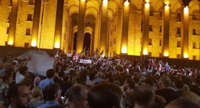 «Протесты будут продолжаться»: У парламента Грузии активисты установили палатки