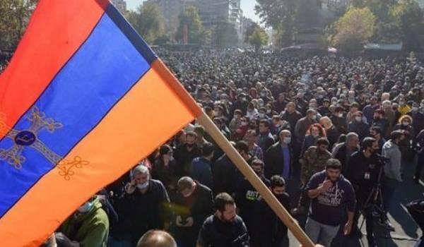 Жители Еревана вышли на протест, требуя отставки премьер-министра Пашиняна