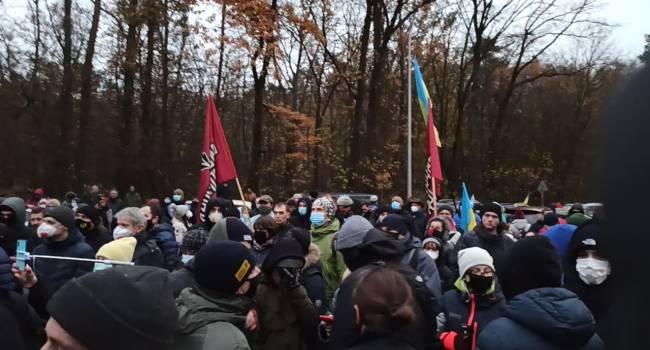 «Путин - х*йло, Зеля - сс*кло», «Импичмент, суд, тюрьма»: Активисты «Движения сопротивления капитуляции» наведались в «Феофанию»