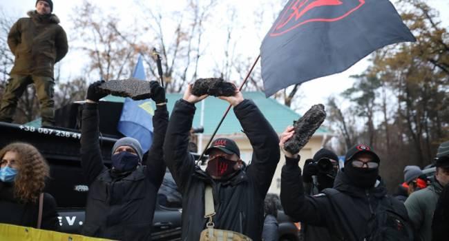 «Жгли файеры и включали записи Зеленского»: Под «Феофанией» прошла масштабная акция протеста