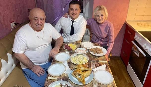 «Папаааа!!! Мамаааа!!! Люблю!!!» Владимир Зеленский умилил украинцев новым фото с родителями, позируя на кухне за столом