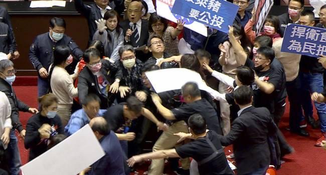«Такого даже в Верховной Раде не было»: В Тайване депутаты от оппозиции забросали свиными внутренностями представителей правящей партии