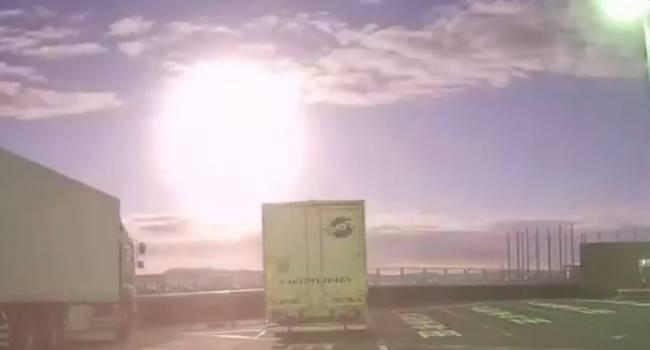 Сопровождалось сильным гулом: в небе над Японии пролетел странный светящийся шар