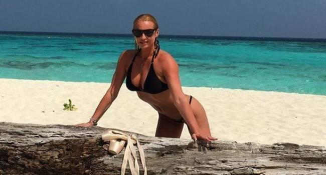 «Дизайнерский купальник от любимого человека»: Волочкова позировала обнаженной, присыпав интимные части тела песком