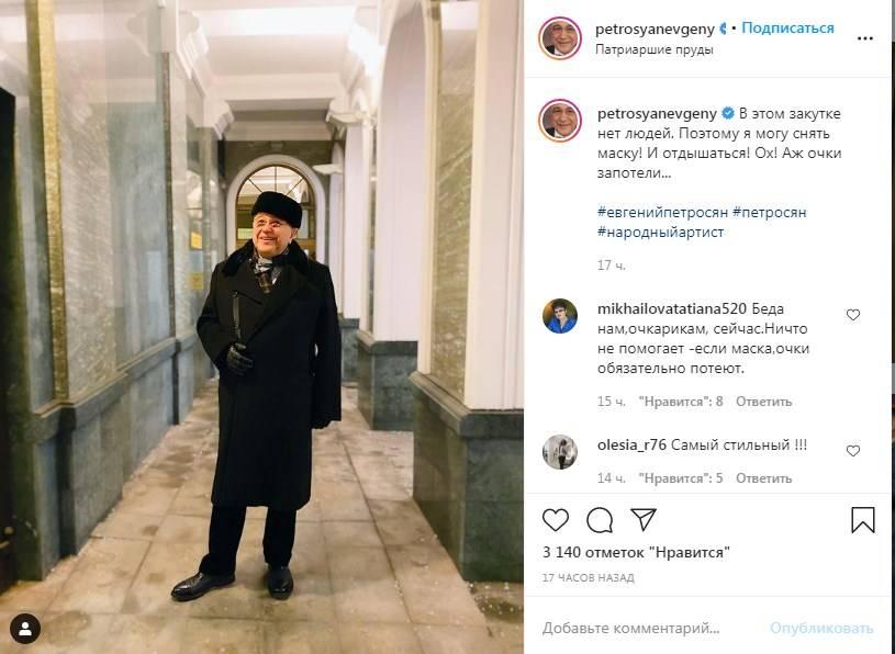 «Помолодел! Щегол!»: Евгений Петросян похвастался своим элегантным уличным стилем, позируя в длинном черном пальто и шапке-таблетке