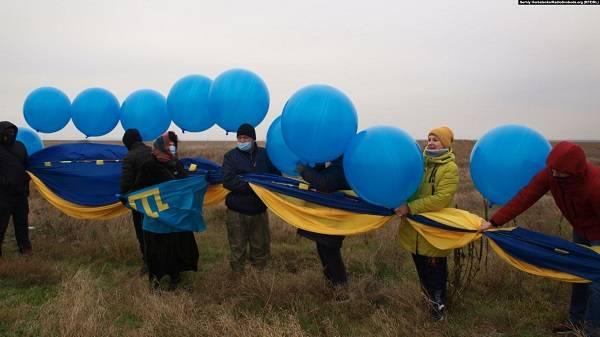 Волонтеры запустили огромный украинский флаг в небе над Крымом