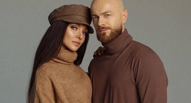 «Вы на Алладина похож здесь!» Влад Яма показал новое фото со своей супругой, позируя среди пустыни