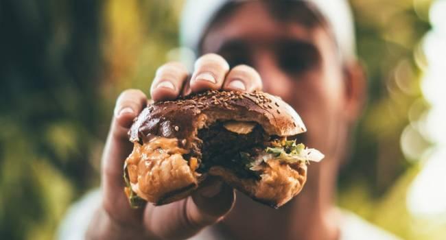 «Фастфуд, красное мясо и другие»: Медики назвали продукты, вызывающие неприятный запах тела