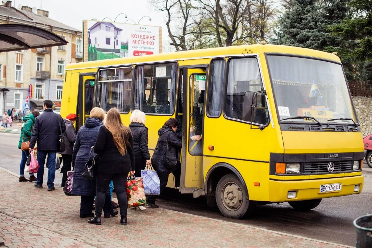 Маршруткам Киева разрешили еще полгода брать наличку за проезд