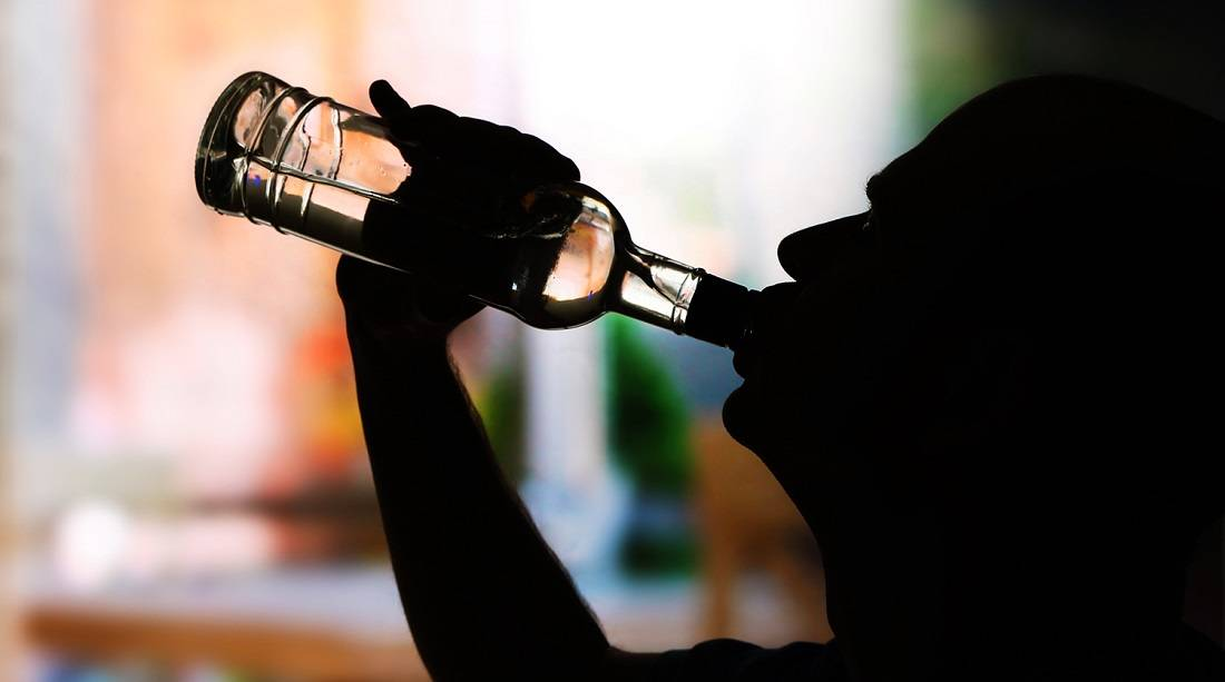 Медики рассказали о влиянии алкоголя на прививку от COVID-19
