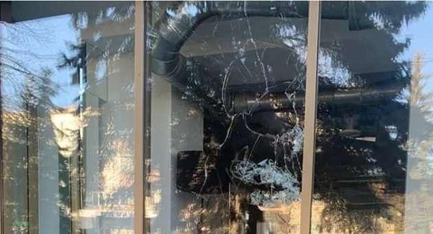 Злоумышленники в Ривне разбили окно офиса «Европейской солидарности»: названа причина