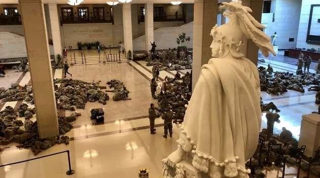 Капитолий оцепили вооруженные бойцы Нацгвардии США. Внутри тоже полно людей с оружием