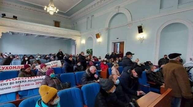 Протесты против повышения тарифов на газ: в Житомире штурмом взяли помещение облсовета