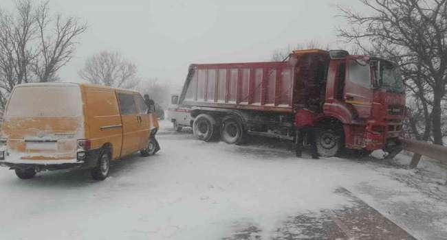 Дорогу не чистят и не посыпают: на трассе в Крыму случился коллапс из-за снегопада