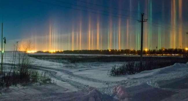 Такое бывает не часто: в небе над Одессой заметили необычные световые столбы