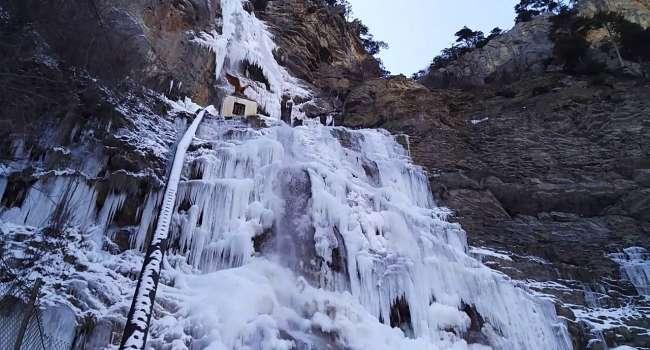 В Крым пришли морозы: на полуострове замёрз самый высокий водопад