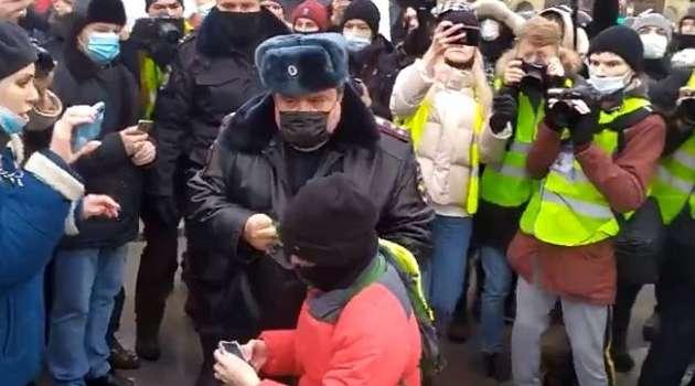 «Вывести за периметр для безопасности»: путинский омбудсмен прокомментировала задержание ребенка на акции протеста в Москве