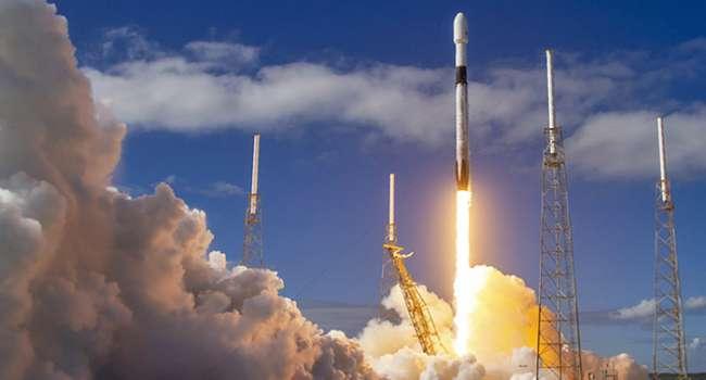 Илон Маск успешно запустил Falcon 9: На орбиту Земли будет выведено рекордное количество спутников