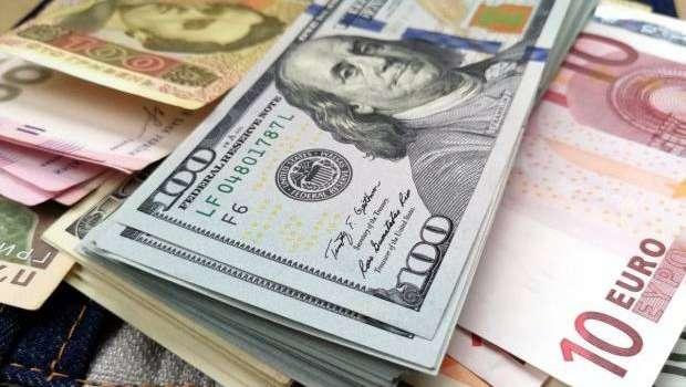На межбанке продолжается снижение курса доллара